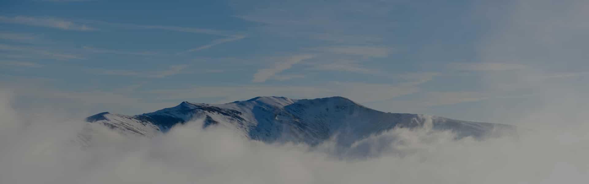 Bjergtinde med sne